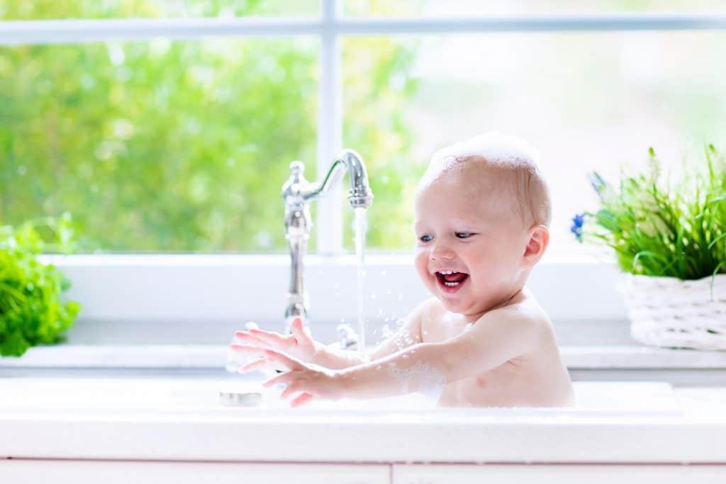 Le bain de votre bébé dans une eau saine et vitalisée, débarrassée de ses polluants.