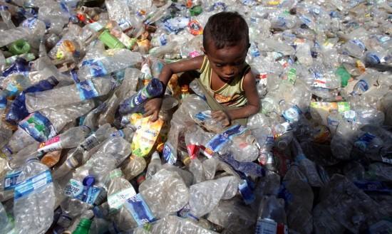 LE drame de la pollution des bouteilles plastiques