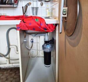 Filtre à eau Amilo sous évier en situation