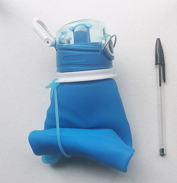 La gourde filtrante Vitalis se plie pour se loger dans votre sac